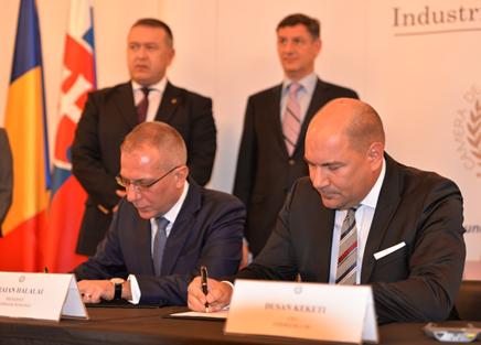 Generálny riaditeľ a predseda Rady banky EXIMBANKY SR Ing. Dušan Keketi (vľavo) a výkonný prezident rumunskej BANCA DE EXPORT – IMPORT A ROMÂNIEI EXIMBANK (vpravo) pri podpise rámcovej dohody o spolupráci medzi exportno-úverovými agentúrami Slovenska a Rumunska